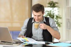 Диаграмма роста чтения бизнесмена на офисе Стоковое фото RF