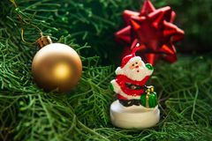 Диаграмма Санта Клауса украшения рождества на ели стоковые изображения