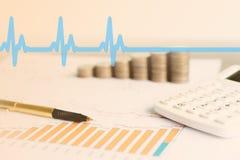 Диаграмма с калькулятором, ручкой и монетками стоковые изображения rf