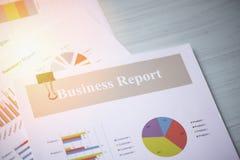 Диаграмма финансовых печатного документа отчета присутствующая и бизнес-отчета диаграммы на таблице офиса стоковое фото rf