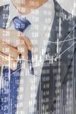 Диаграмма фондовой биржи на бизнесмене вытягивая или кладя голубую ручку стоковые фото