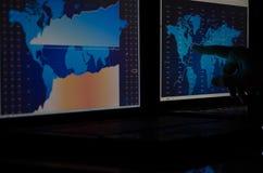 Диаграмма фондовой биржи на мониторах Стоковая Фотография RF