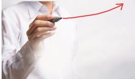 Диаграмма чертежа руки бизнесмена с в геометрической прогрессии растя arro Стоковые Изображения RF