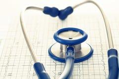 Диаграмма cardiogram стетоскопа и ekg - съемка студии Фильтрованное изображение: влияние обрабатываемое крестом винтажное Стоковое Фото
