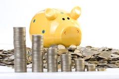 Диаграмма Piggy банка и монеток стоковые изображения