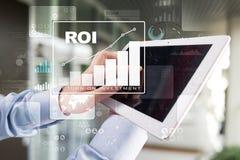 Диаграмма ROI, рентабельность инвестиций, фондовая биржа и торгуя дело и концепция интернета стоковые фото