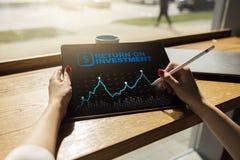Диаграмма ROI, рентабельность инвестиций, фондовая биржа и торгуя дело и концепция интернета стоковое изображение