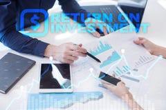 Диаграмма ROI, рентабельность инвестиций, фондовая биржа и торгуя дело и концепция интернета стоковые изображения
