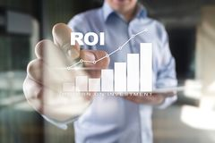Диаграмма ROI, рентабельность инвестиций, фондовая биржа и торгуя дело и концепция интернета стоковые фотографии rf