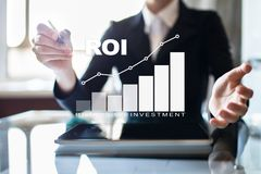 Диаграмма ROI, рентабельность инвестиций, фондовая биржа и торгуя дело и концепция интернета стоковая фотография rf