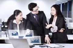 Диаграмма talkings работников финансовая в офисе Стоковое Изображение RF