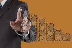 Диаграммы головоломки руки бизнесмена Стоковые Фотографии RF