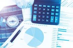 Диаграммы, диаграммы, калькулятор, ручка, компас на таблице дела _ Стоковое Фото