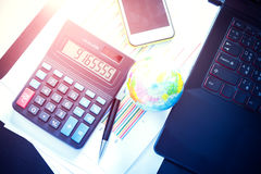 Диаграммы, диаграммы, ручка, калькулятор и мобильный телефон, таблица дела Стоковые Изображения RF