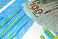 Диаграммы и валюта на таблице Стоковые Фотографии RF