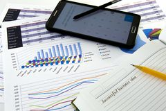 Диаграммы и диаграммы дела сообщают с ручкой на столе финансового советника Финансовая концепция бухгалтерского учета Стоковые Фотографии RF