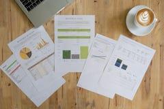 Диаграммы и диаграммы дела с портативным компьютером Стоковое Фото