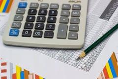 Диаграммы и карандаш бумаги дела с диаграммами сообщают, калькулятор на столе Стоковое Изображение RF