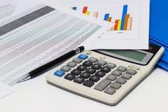 Диаграммы и ручка бумаги дела с диаграммами сообщают, калькулятор на столе финансового планирования стоковая фотография rf