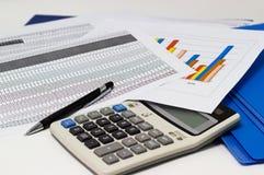 Диаграммы и ручка бумаги дела с диаграммами сообщают, калькулятор на столе стоковое изображение rf