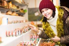 Диаграммы обычной девушки покупая для рождества Стоковая Фотография RF