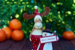 Диаграммы лось и снеговик рождества с знаком Стоковые Фото
