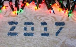 Диаграммы 2017 от стеклянных бусин на белой деревянной предпосылке, Стоковые Изображения RF