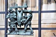 Диаграммы ремесленников, хряка radedelivayuschih, на решетке собора St Vitus в Праге стоковые фото