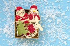 Диаграммы рождества деревянные декоративные в подарочной коробке на голубом backgrou Стоковые Изображения RF