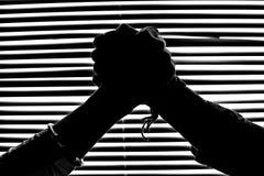 Диаграммы силуэта в monochrome трясти руки Стоковое фото RF