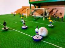 Диаграммы футбола выровнялись вверх на поле травы стоковая фотография rf