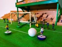 Диаграммы футбола выровнялись вверх на поле травы стоковые фотографии rf