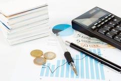 Чалькулятор, диаграммы, ручка, визитные карточки, деньги, бизнесмен рабочего места, дело иллюстрация штока