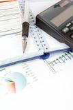 Чалькулятор, диаграммы, ручка, визитные карточки, примечания, бизнесмен рабочего места, дело иллюстрация штока