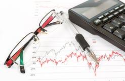 Чалькулятор, диаграммы, ручка, стекло, бизнесмен рабочего места, дело иллюстрация вектора