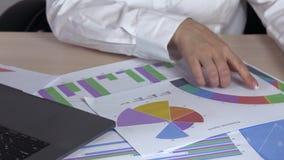 Диаграммы чтения ноутбука предпринимателя бизнес-леди печатая сток-видео
