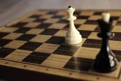 Диаграммы шахмат короля и ферзя на доске черным белизна сыгранности ферзя короля разнообразности сотрудничества чонсервной банкы  Стоковые Изображения