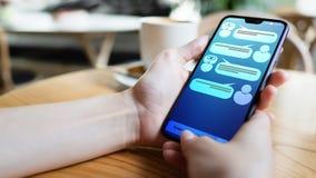 Диалог клиента и chatbot на экране смартфона ai Концепция технологии автоматизации искусственного интеллекта и обслуживания стоковое фото