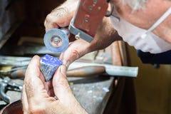 Диаманты гравировки ювелира на кольце Стоковое фото RF