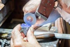 Диаманты гравировки ювелира на кольце Стоковые Фотографии RF