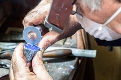 Диаманты гравировки ювелира на кольце Стоковая Фотография