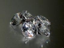 Диаманты на серебряной предпосылке Стоковые Изображения RF