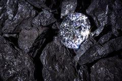 Диамант среди угля стоковое изображение