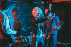Диапазон во время двуколки делая рок-музыку на этапе стоковое изображение rf