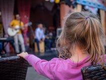 Диапазон девушки наблюдая играя музыку Стоковая Фотография