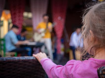 Диапазон девушки наблюдая играя музыку Стоковое Изображение