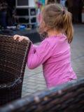 Диапазон девушки наблюдая играя музыку Стоковые Изображения