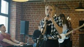 Диапазон играя и петь вокалиста сток-видео