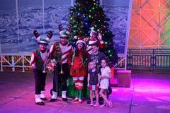 Диапазон музыки рождества с детьми представляя для фото в международной зоне привода стоковое фото