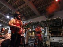 Диапазон, петь и варенья наведения на этапе на баре Mai Tai Стоковое фото RF